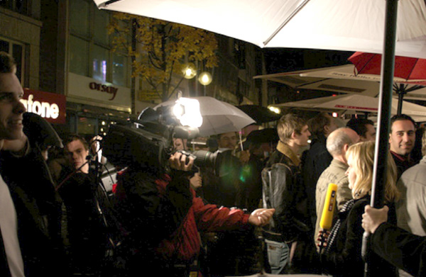 TV e stampa intervistano le persone in fila