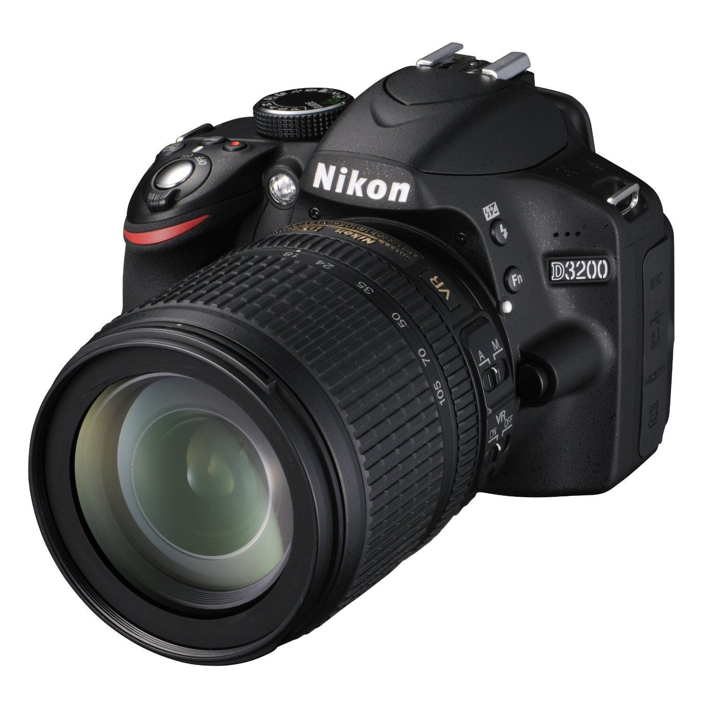 Nikon D3200 in offerta con Nikkor 18/105VR, scheda Lexar X100, solo 554 €