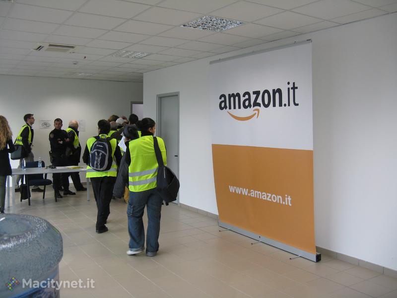 Inizia la visita al primo Centro di Distrbuzione di Amazon in Italia: tutti gli invitati devono indossare i giubetti di sicurezza