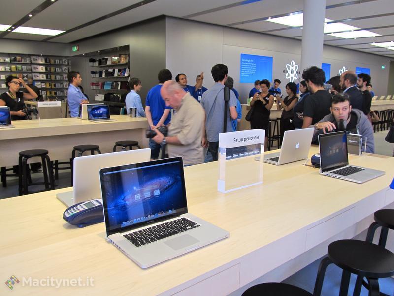 Inizia la visita guidata dei giornalisti al nuovo Apple Store Bologna
