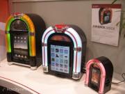 Per gli appassionati degli anni '60 e degli accessori in stile retro i Jukebox Dock permettono di trasformare iPad e iPhone in jukebox del passato