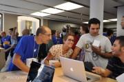 Apple Store Bologna: il negozio della Mela invaso dagli appassionati