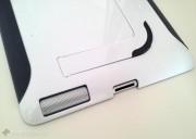 La superficie bianca lucida e gli inserti in gomma grigio-scuro si sposano bene con le finiture di iPad 2.