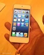 Il nuovo iPod touch grande e colorato visto da vicino con il nuovo cavo Lightning