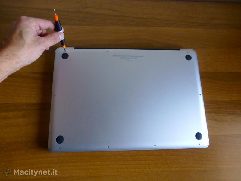 Metti il turbo al Mac con l'SSD - Parte 1 rimuovere il disco fisso e installare l'SSD