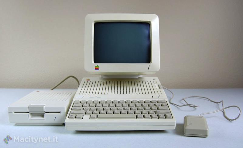 Apple Iic con lettore di floppy esterno e il mouse derivato dal Mac.