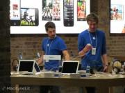 Si sistemano gli espositori con i nuovi iPhone
