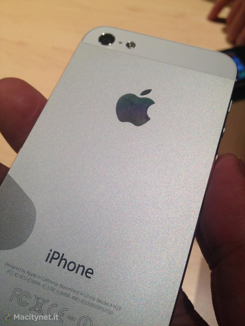 Nuovo iPhone 5: le prime foto dal vivo con Mappe e Passbook