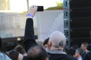 Phil Schiller festeggia insieme agli sviluppatori della WWDC e ai Vampire Weekend