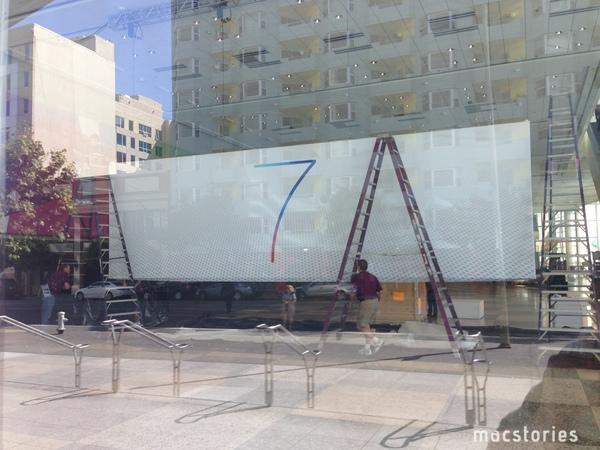 WWDC, uno striscione conferma iOS 7 e il nuovo segno grafico di Ive