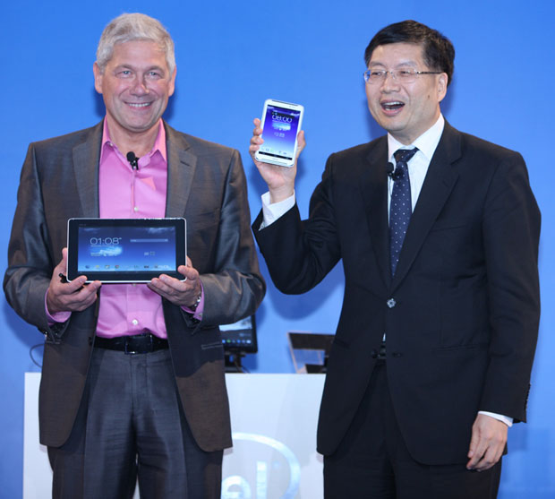 Hermann Eul (General Manager del Mobile and Communications Group di Intel) e Jerry Shen, (CEO di ASUS).