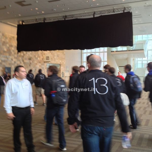 WWDC 13: striscioni neri coperti celano nuove icone e novità in arrivo