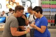La gente nell'Apple Store di Rimini