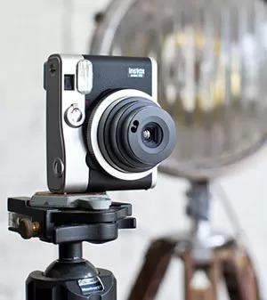 Fujifilm Instax Mini 90: foto a sviluppo istantaneo con in stile retro