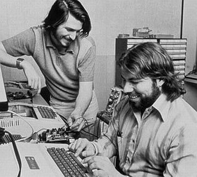 Il primo articolo su Apple: Jobs e Wozniak in azione su Apple I in garage