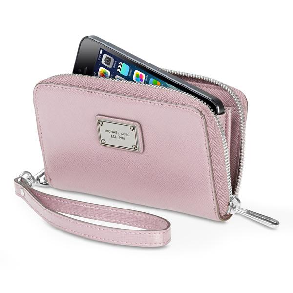 ed87076b68 Una pochette per iPhone, che fa anche da borsellino e porta carta di  credito. È la Michael Kors Essential Zip Wallet per iPhone 5 e Phone 5s in  vendita in ...
