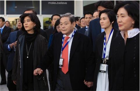 Lee Kun-hee in una foto del 2010 insieme alle figlie