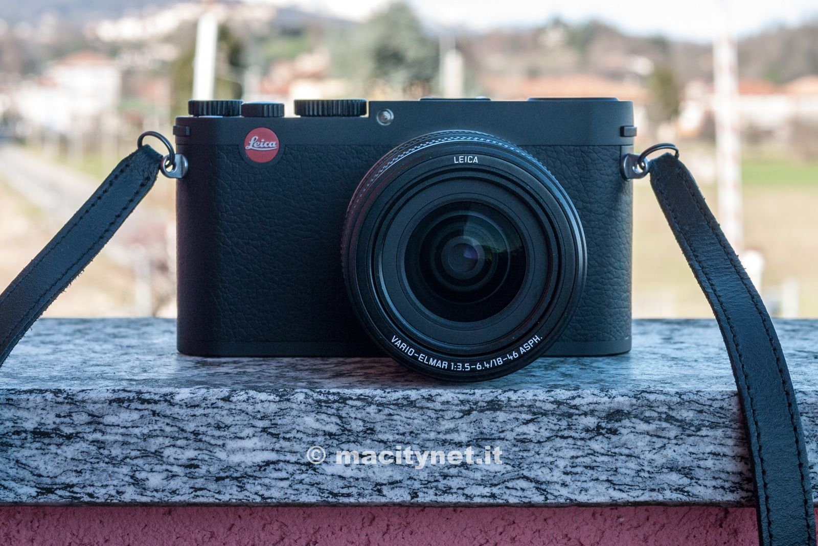 La Leica X Vario: profilo pulito, massiccio e monolitico, e rivestimento in morbida pelle