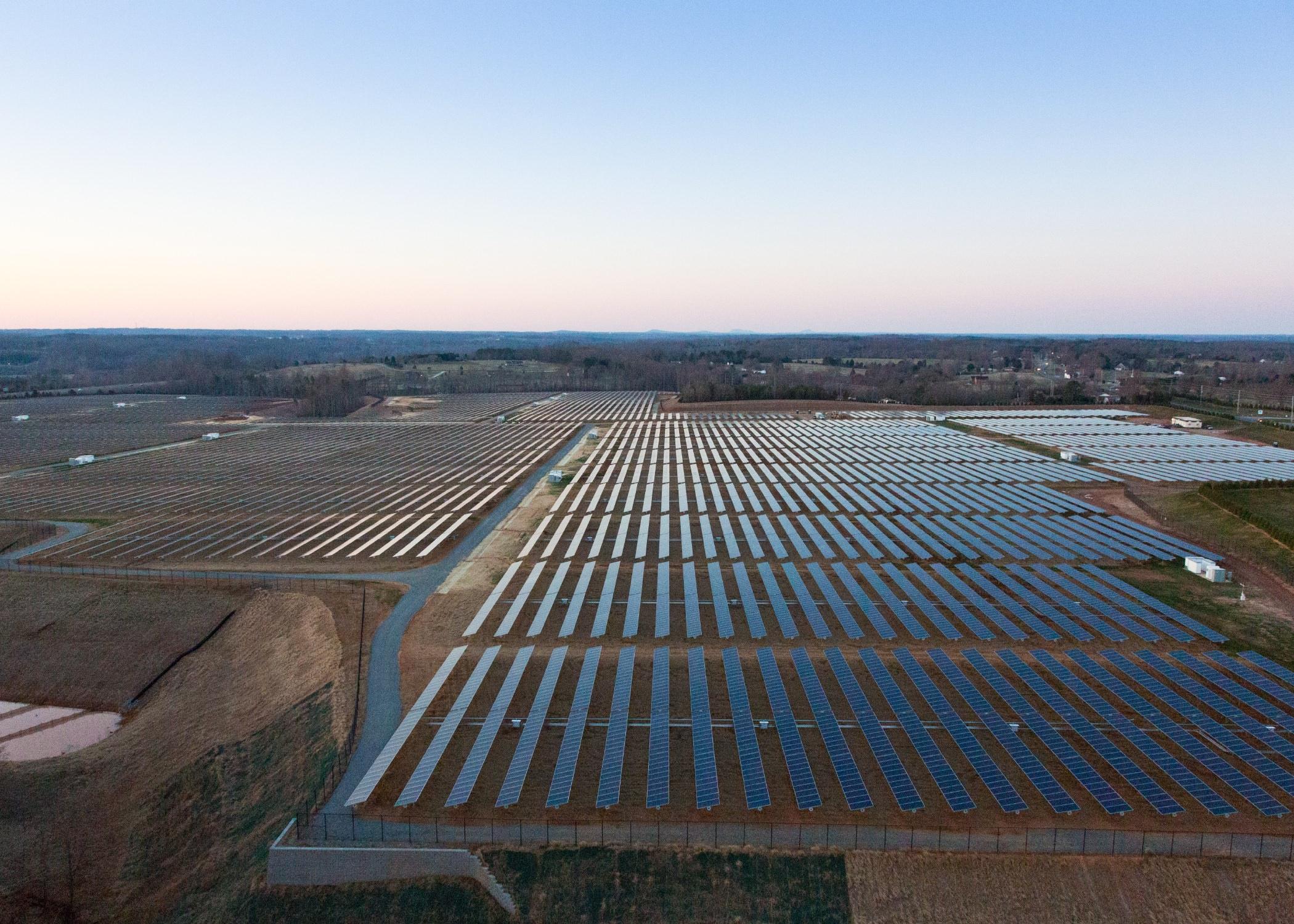 Il campo di pannelli solari con cui Apple alimenta la server farm del North Carolina