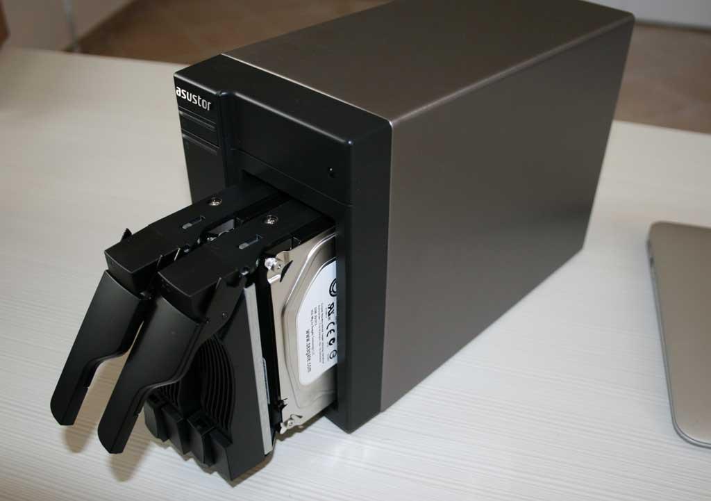 Al termine dell'installazione dei dischi b'asta inserire il vassoio nell'unità e spingere delicatamente fino a sentire l'avvenuto blocco.