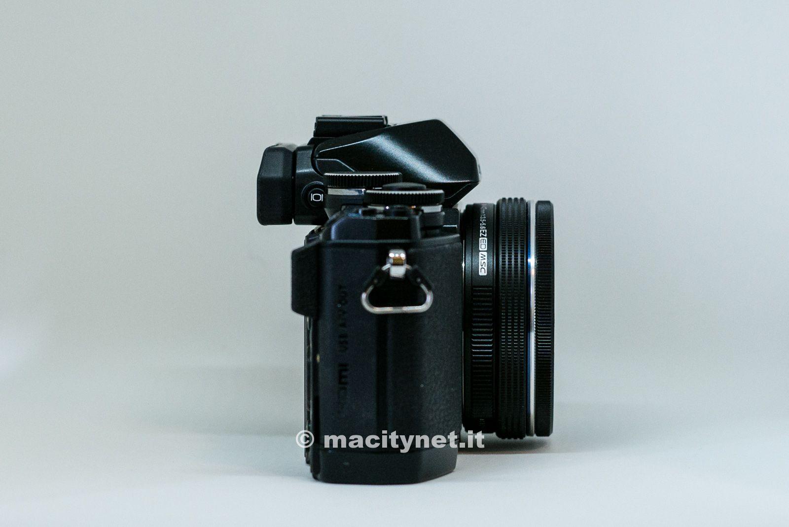 Con l'obiettivo Olympus M.ZUIKO Digital ED 14-42mm f3.5-5.6 EZ lo spessore è molto ridotto e la fotocamera molto portabile