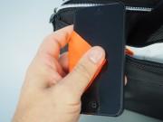 Nella fodera più piccola, è cucito anche un fazzoletto in microfibra per pulire il vetro del cellulare