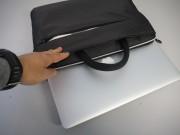 """La borsa è perfettamente tagliata sul MacBook Pro Retina (nel nostro caso un 15"""")"""