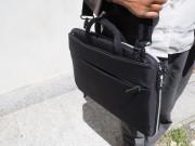 Un'altra visione della borsa messa a tracolla