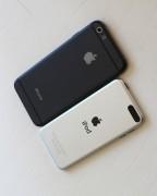 Confronto dimensioni totali e retro. L'iPod touch che utiizziamo è da 16 GB e quindi senza fotocamera posteriore.