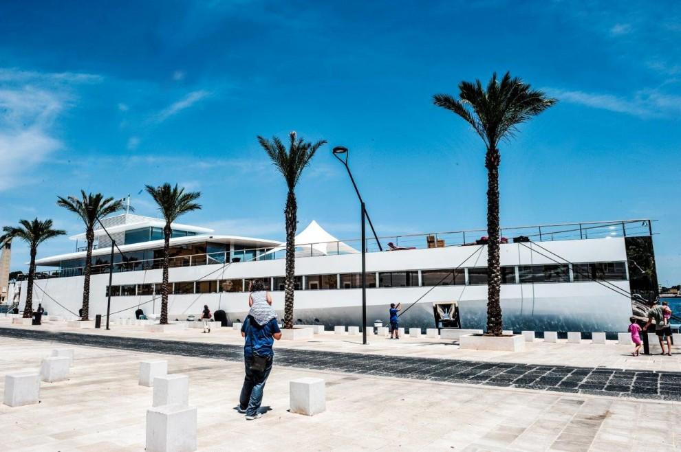 nella foto di Repubblica Bari lo Yacht Venus attraccato a Brindisi