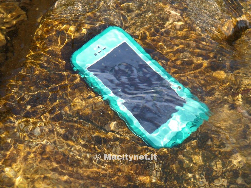 iPhone 5 in acqua