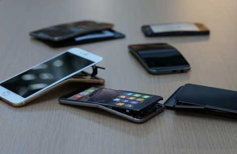 Gli smartphone piegati dopo i test di Consumer Reports