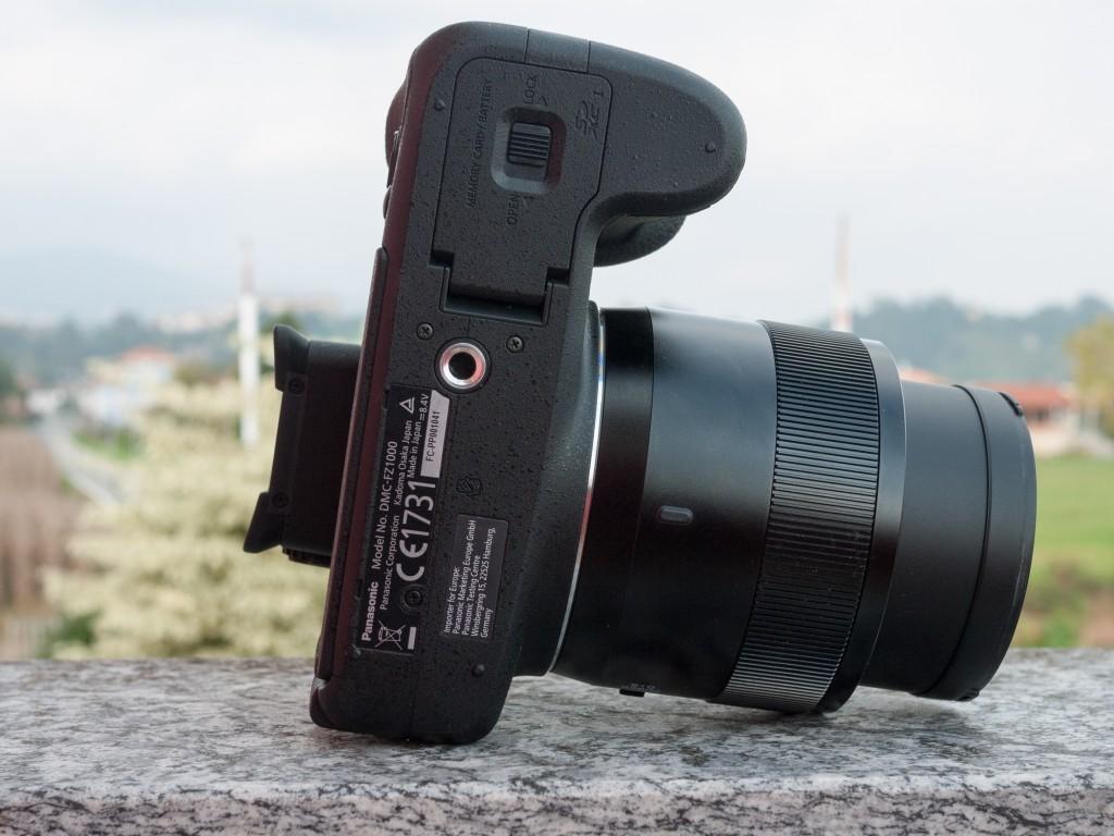 Il fondo della FZ1000, con lo sportello per batteria e scheda USB