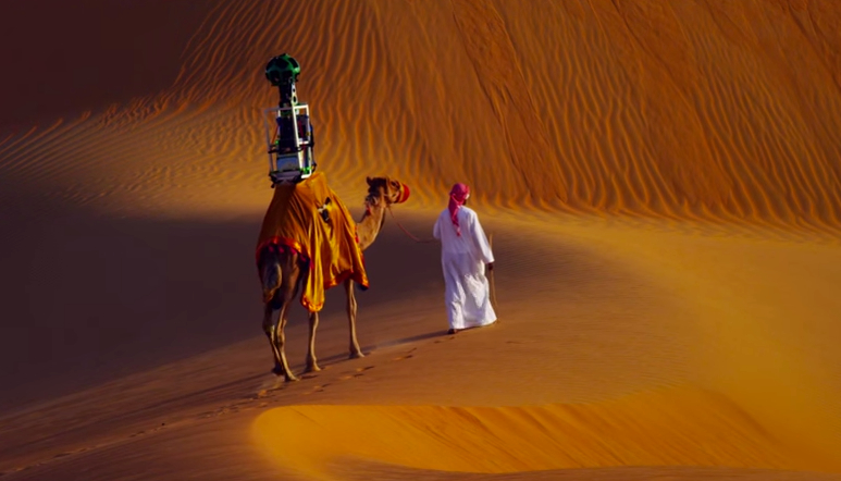 Google Street View ora non si limita all'uso delle auto ma con l'aiuto di un cammello si addentra nel deserto di Liwa ad Abu Dhabi
