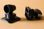 a sinistra: mount per casco, a destra: mount per cavalletto