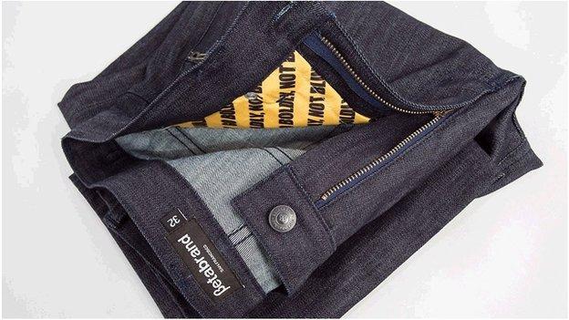 I jeans per proteggere carte contactless e documenti che usando l'RFID