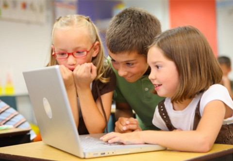 Kids-excited-on-laptop-Featured bambini macbook