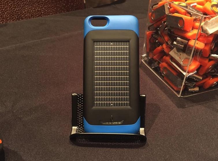 Pannello Solare Per Iphone : Ces surfr la custodia per iphone con batteria e