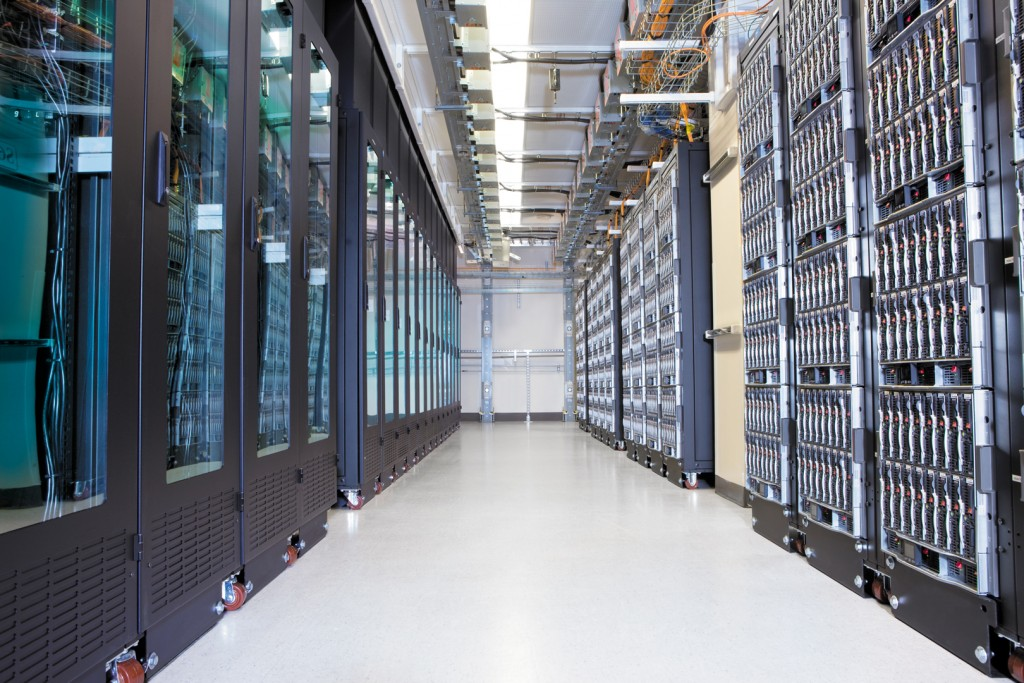 33042_Rack-server-aisle_8273_5400