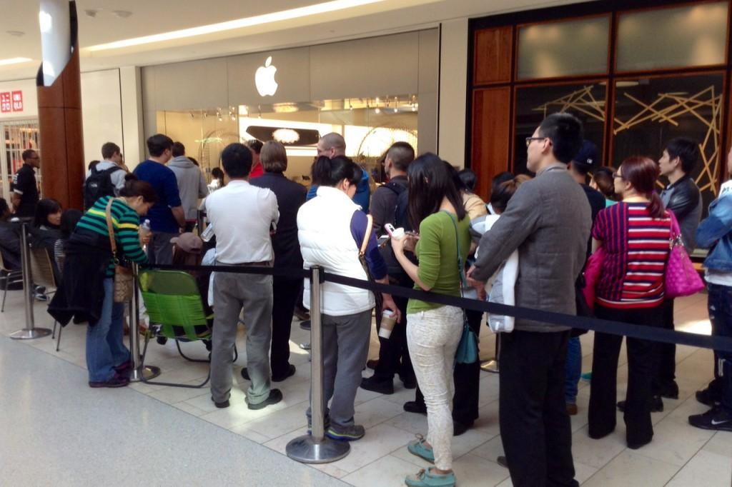 In fila all'Apple Store