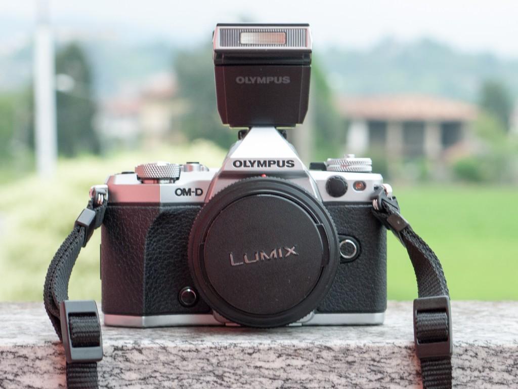 La OM-D E-M5 Mark II con il flash incluso nella confezione