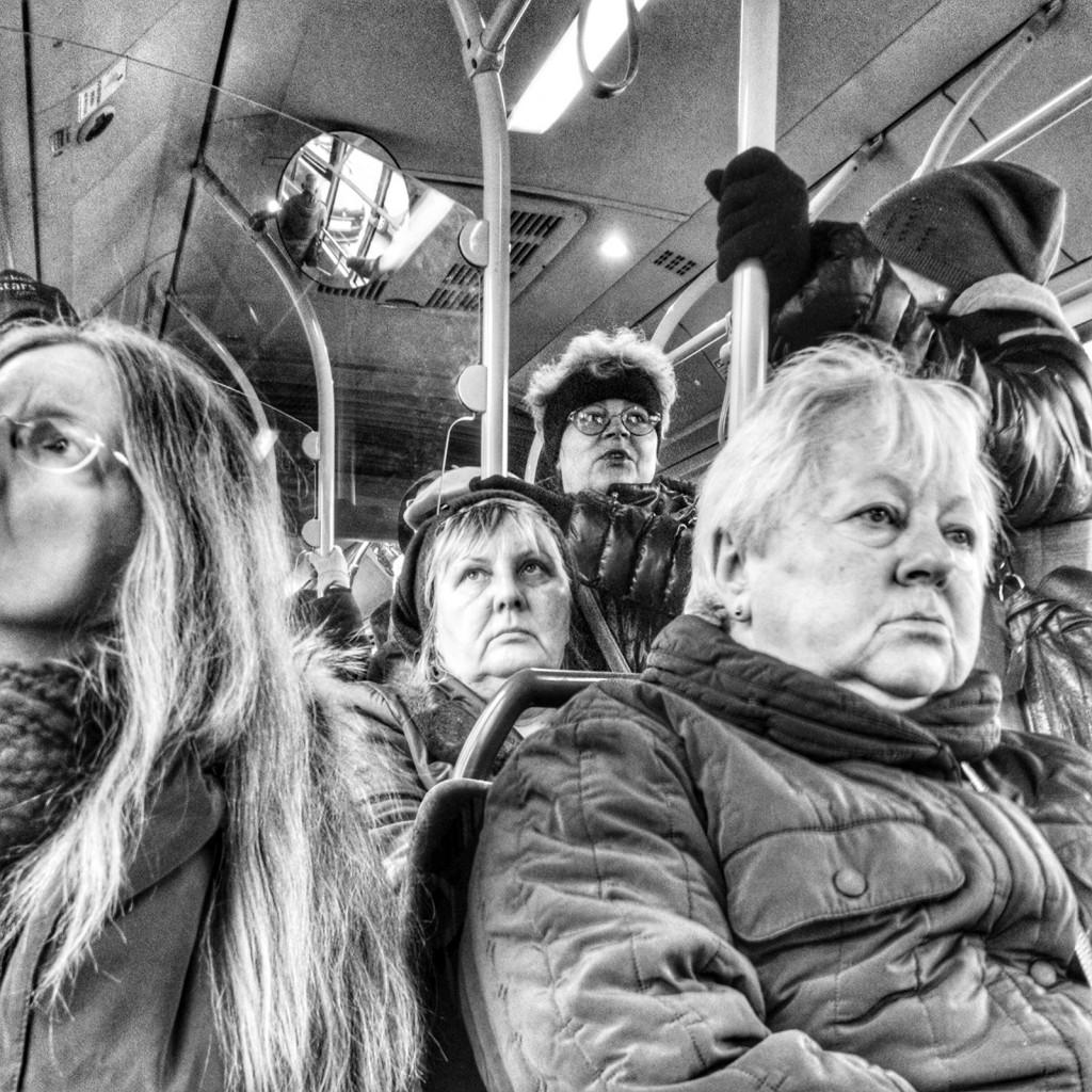 Il fotogramma viene riempito, allineando i visi con la massima profondità di campo e sfruttando le linee generate dagli appigli all'interno di un bus