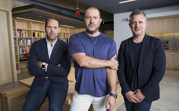 Jony Ive (al centro), con la guida responsabibile del'UI Alan Dye (a sinistra) e lo chief Industrial Design Richard Howarth. | Foto: The Telegrah