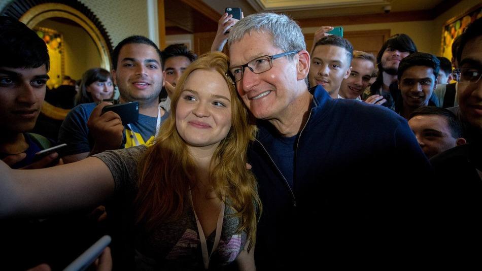 TIm Cook sorride per un selfie con una delle vincitrici delle borse di studio che Apple ha messo a disposizione per partecipare alla WWDC