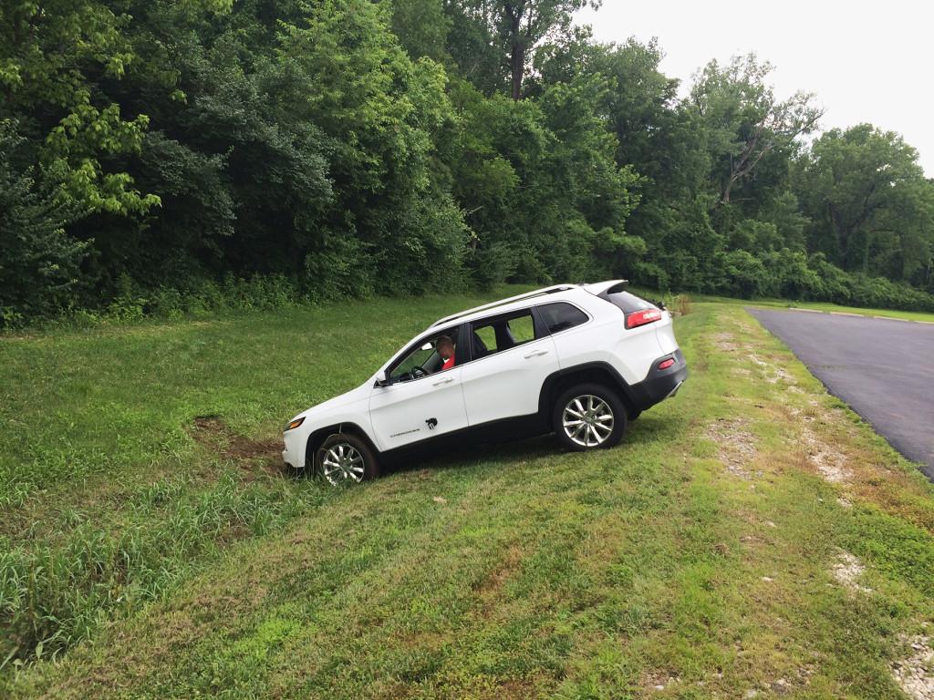 Nella foto di Wired la vettura controllata da remoto, finita in una scarpata dopo che sono stati disattivati i freni