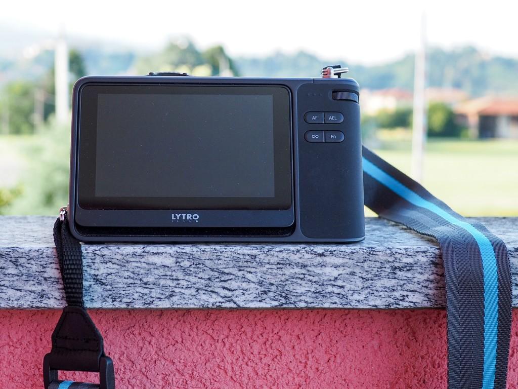 Pochi i comandi fisici, il touch screen domina i controlli