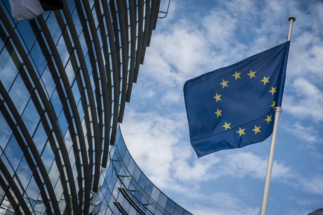 bandiera dell'europa davanti alla commissione europea