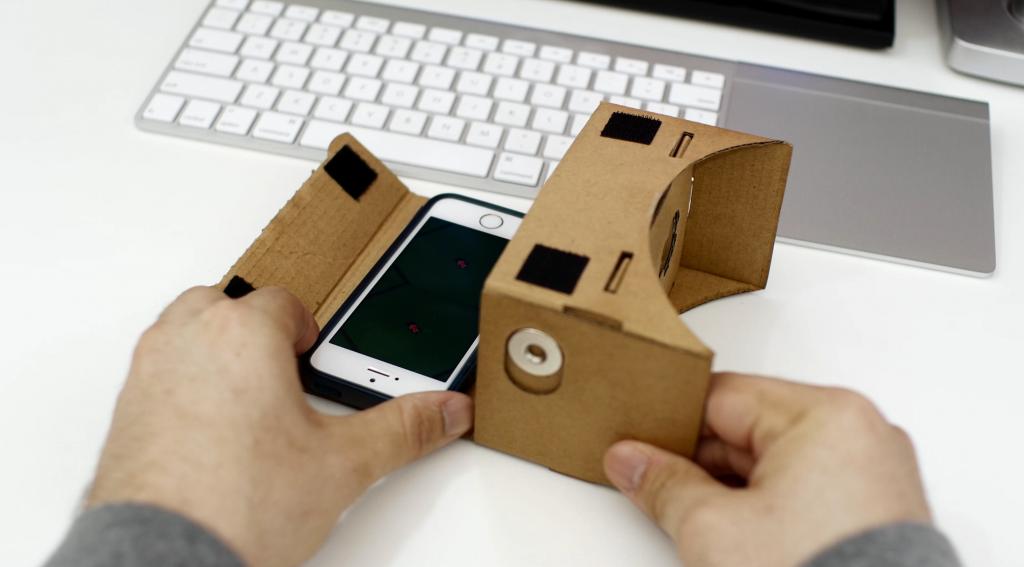 google cardboard con iphone 5s bianco