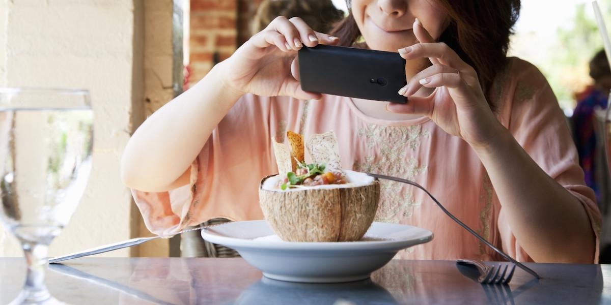 scattando una foto al cibo