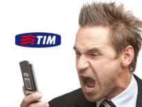 utente irritato con cellulare con logo tim